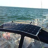 Panneau solaire sur balcon de bateau