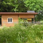 cabane en bois avec panneau solaire